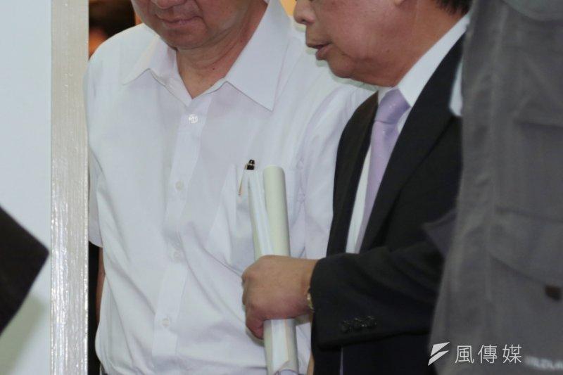 朝野協商破局,教育部長吳思華沈重的走出協商會議室。(余志偉攝)