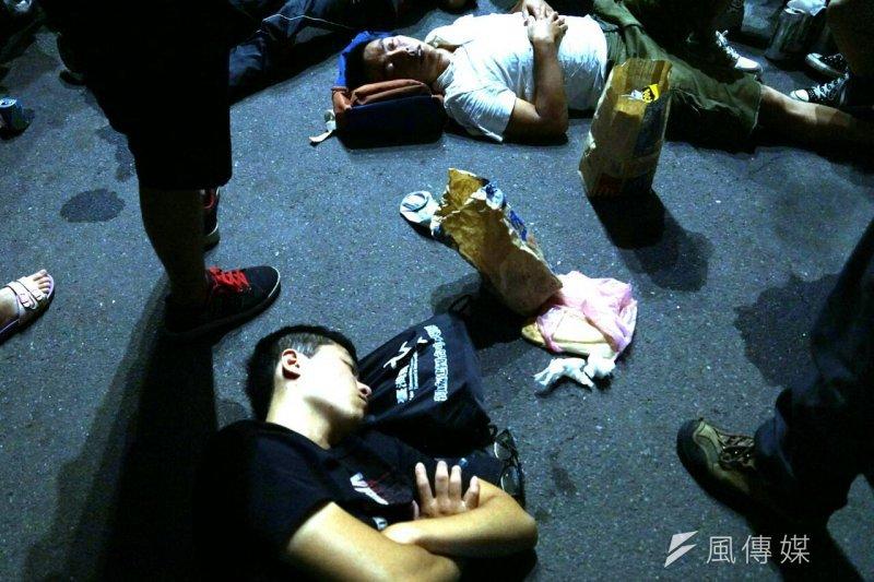 20150731-反課綱學生衝教育部,清晨5點學生體力不支,仍持續佔領教育部廣場-蘇仲泓攝