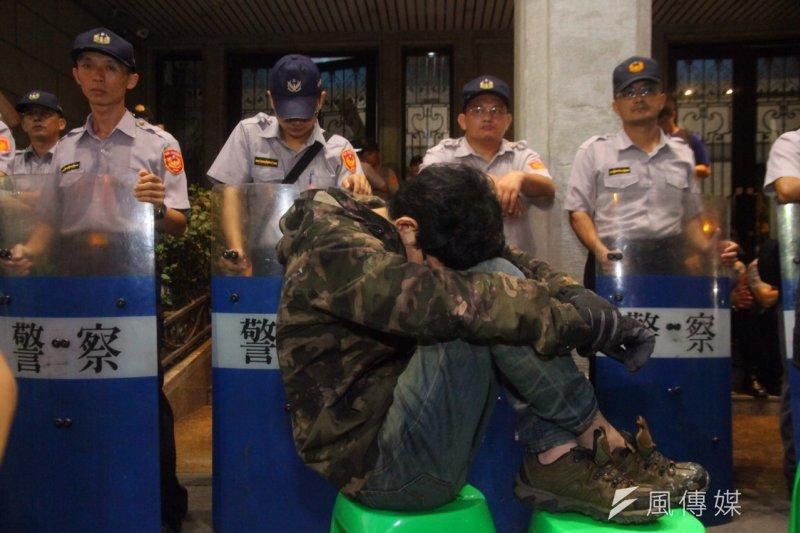 反課綱學生佔領教育部廣場,31日清晨5時許,已有學生體力不支。(曾原信攝)