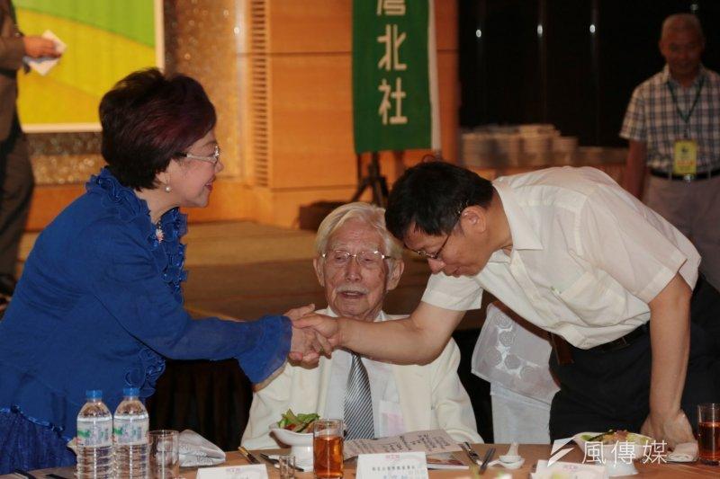 台北市長柯文哲參加北社募款餐會,對台北市長初選時的對手呂秀蓮相當恭敬。(余志偉攝)