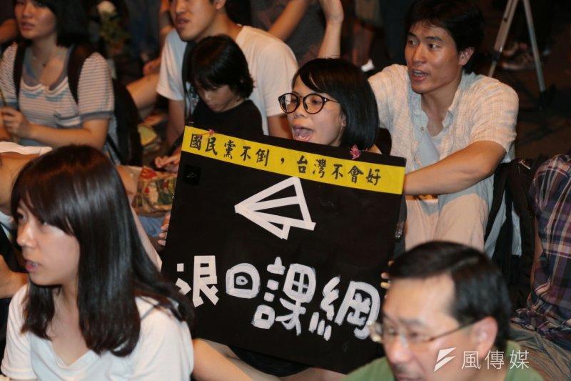 反課綱抗議學生今晚的林冠華追思晚會,學生舉著「退回課綱」海報。(余志偉攝)