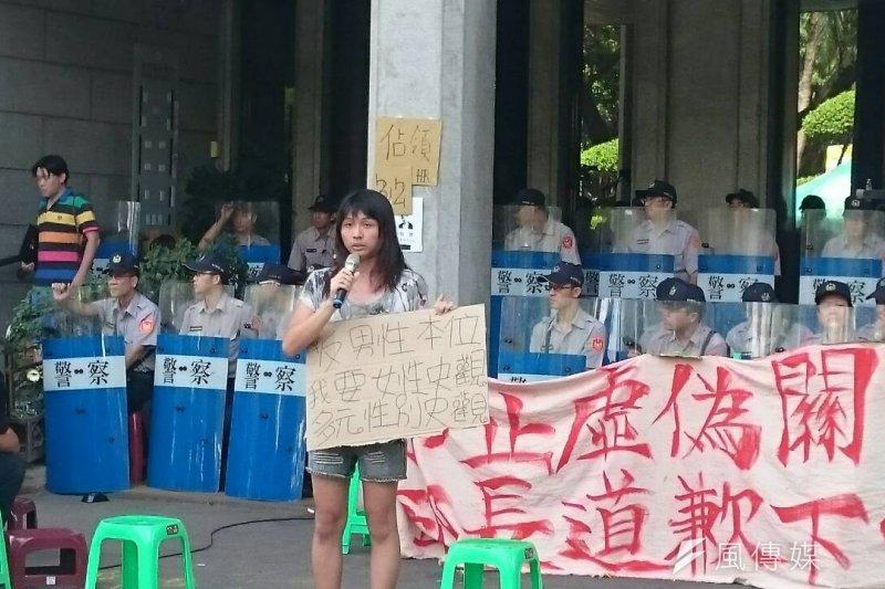 恐性與受暴連線召集人吳馨恩表示,雖然支持反課綱行動,但部分學生對於「慰安婦」議題的發言讓她感到難過。(林彥呈攝)