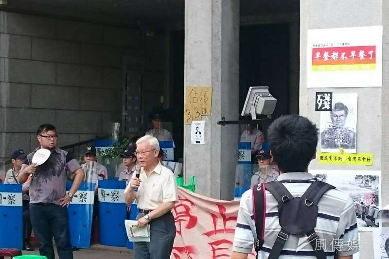 反課綱微調學生與民眾8月1日繼續在教育部前廣場抗議,北社社長張葉森到場聲援(林彥呈攝)
