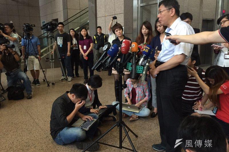 即時新聞當道,記者會及採訪現場,記者都邊聽邊「振筆直打」,但這種作業方式很可能扼殺記者的未來。(呂紹煒攝)