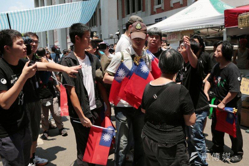 王炳忠與統派人士4日赴教育部前發國旗,被反課綱學生轟出場。(余志偉攝)