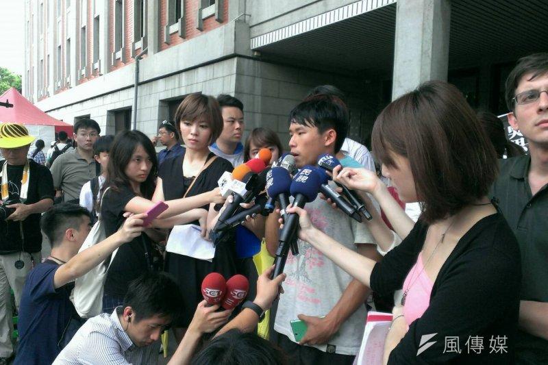 學生代表蕭竹均與廖崇倫於下午召開記者會回應朝野協商結論。(陳耀宗攝)