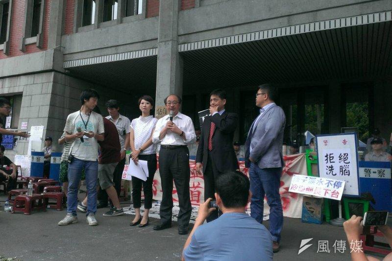 民進黨柯建銘(中)4日下午前往教育部,向學生說明朝野協商過程。(陳耀宗攝)