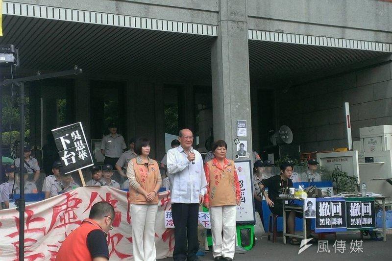 針對課綱爭議,立院達成朝野協商結論,台聯黨主席黃昆輝表示,這是學生的重大勝利。圖為黃昆輝前往教育部向學生喊話。(陳耀宗攝)