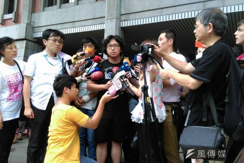 反課綱學生5日下午舉行記者會。(郭佩凌攝)