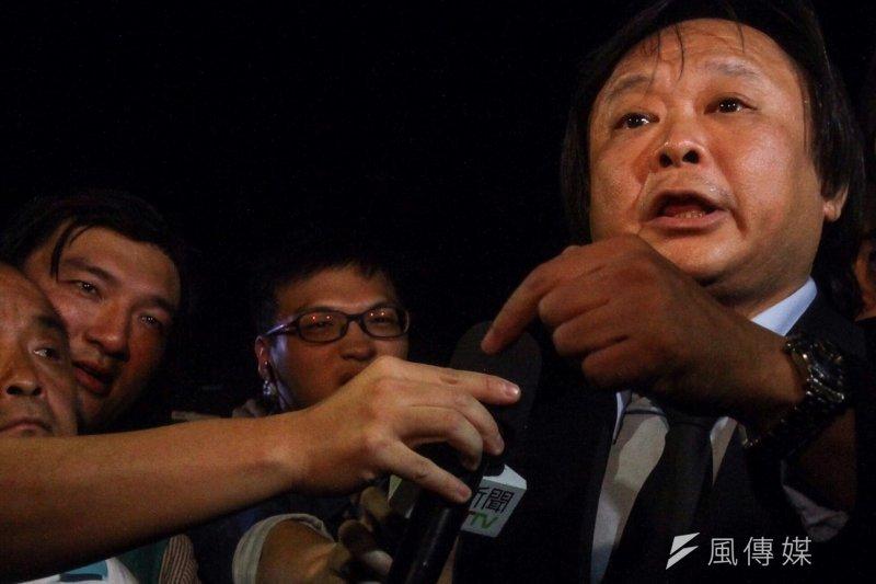 聽說白狼要來,台北市議員王世堅也趕到教育部前等待。(曾原信攝)