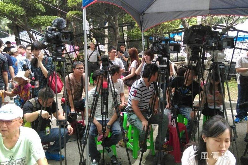 反課綱學生8月5日繼續固守教育部前庭(郭佩凌攝)