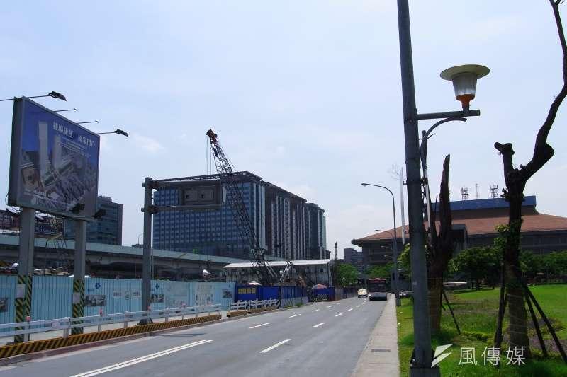 施工中的台北雙子星東棟(C1)(Howard61313 ,維基百科)