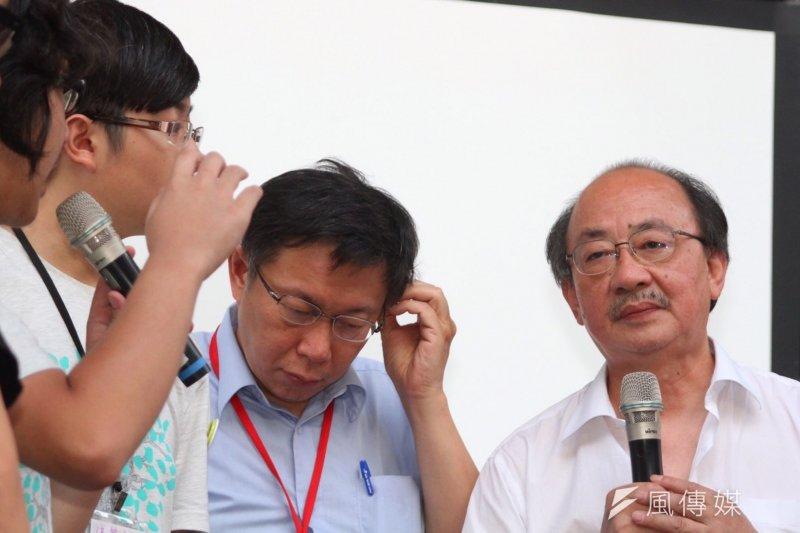 台北市長柯文哲到教育部前勸學生回家,但學生詢問柯文哲對課綱的態度,柯又出現習慣的捉頭畫面。(曾原信攝)