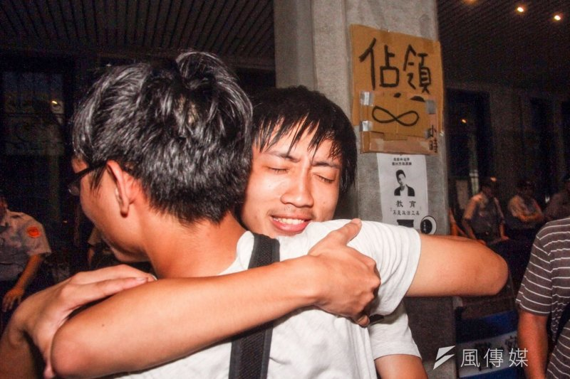 反課綱學生退場,許多人當場痛哭失聲。(曾原信攝)