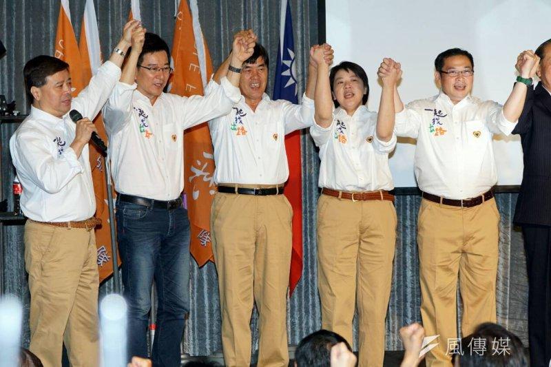 親民黨黨主席宋楚瑜宣布參選記者會上,該黨立委參選人一齊穿上白色上衣亮相。(蘇仲泓攝)