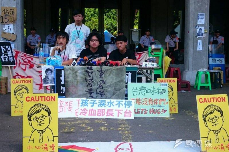 反課綱學生反應颱風撤埸問題。(林彥呈攝)