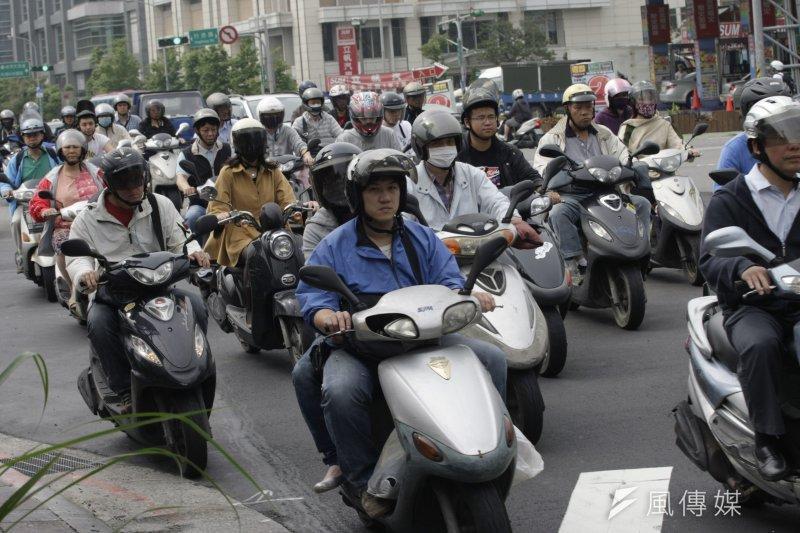 為減少機車事故發生,公路總局預計新增4項路考項目,兩段式左轉、變換車道、停車再開以及直角轉彎。(吳逸驊攝)