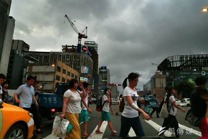 二0一六大選前的台灣,烏雲罩頂。(颱風前資料照/余志偉攝)