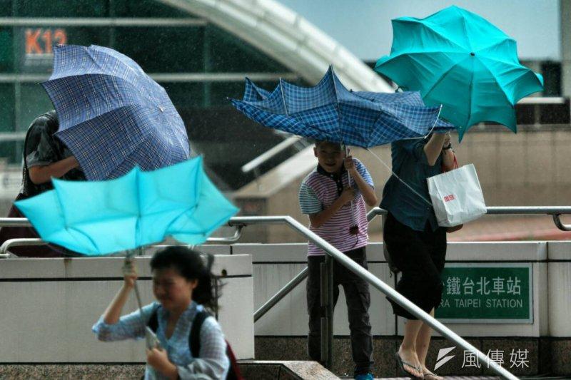 蘇迪勒颱風強襲台灣,造成6死101傷,台鐵全面停駛。(余志偉攝)