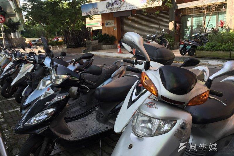 台北市機車退出騎樓遭批沒配套,台北市交通局長鍾慧諭6日表示,將把紅線放寬5公尺,每個路口約可增加40個停車格。(資料照,呂紹煒攝)