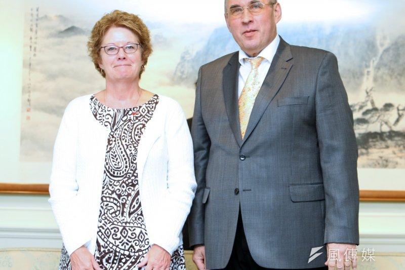 辛蒂魏特琳(Cindy Vautrin,左)與湯瑪斯拉貝(Thomas Rabe)訪台,希望藉由戰爭史實的教訓,提醒世人和平的可貴。(吳逸驊攝)