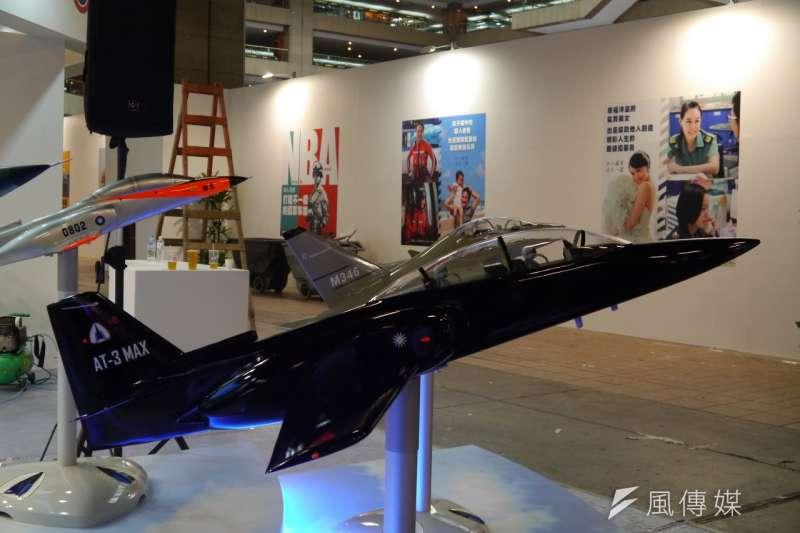 漢翔公司以AT-3提昇型的為AT-3MAX,來爭取空軍新型高級教練機的訂單。(朱明攝)