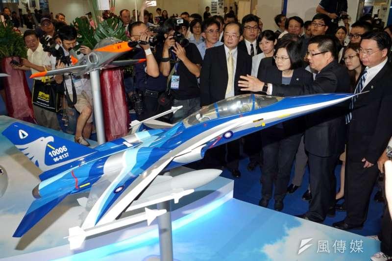 蔡英文參觀台北航太展,漢翔公司董事長廖榮鑫親自替蔡英文說明展示的各型飛機模型。(蘇仲泓攝)