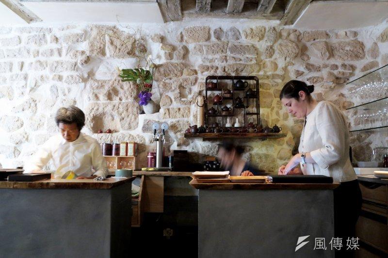 餐廳裡的裝潢和設計,隱約煥發出細緻淡雅的中國風格。