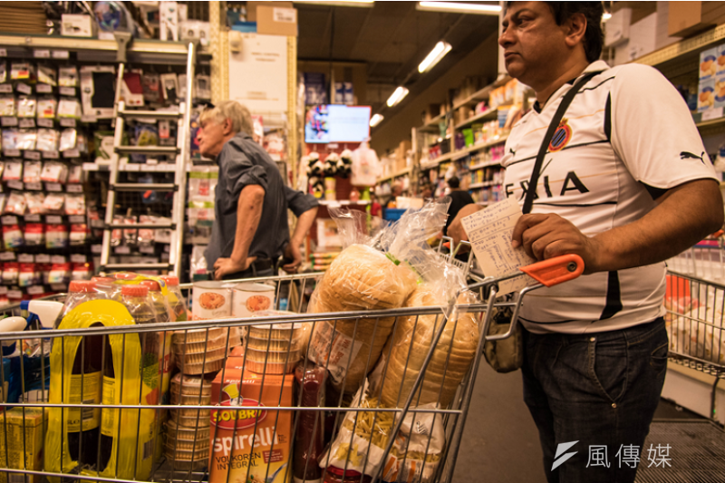 Sudhir從印度移民歐洲,耗盡積蓄,每天都是幾乎兩推車的補貨數量,維持一家小店。(洪滋敏攝)