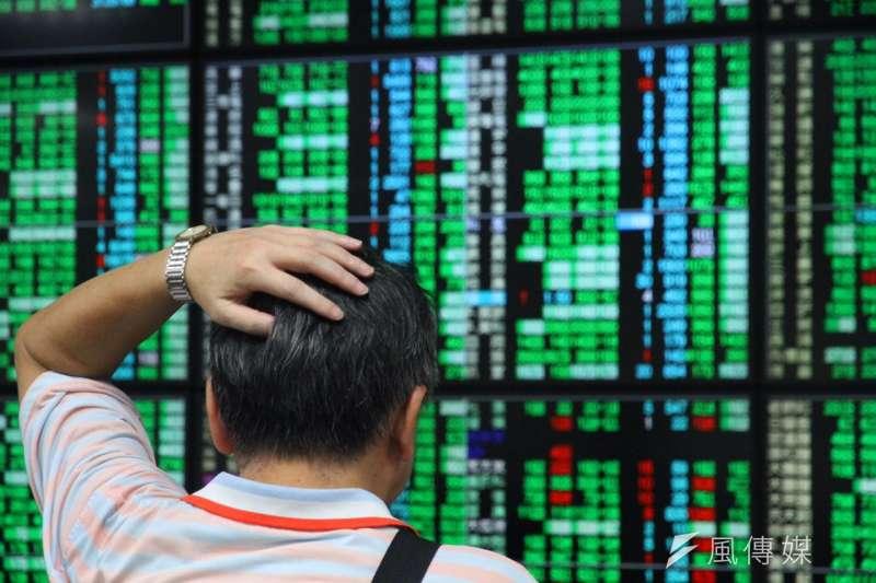 道瓊指數大跌831.83點,台股跌破萬點。(資料照,曾原信攝)