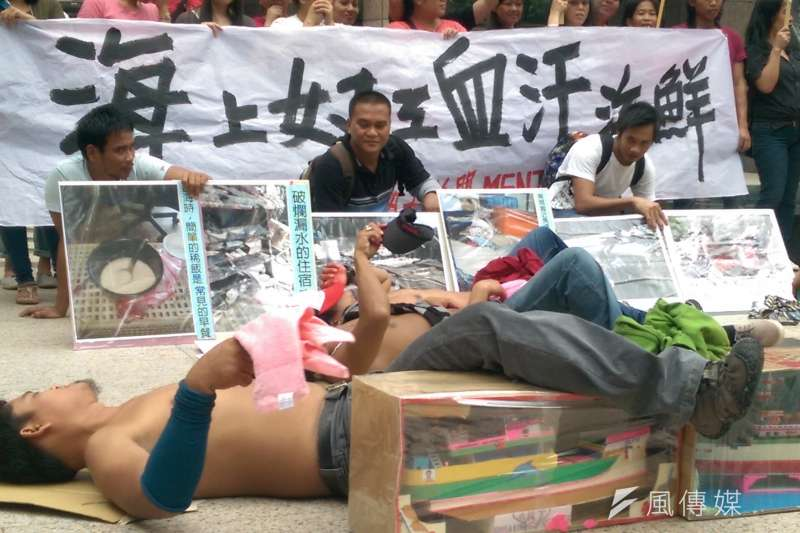 外籍漁業移工沒有地方可睡,僅能用張紙板墊著睡在甲板上。(郭昱宏攝)