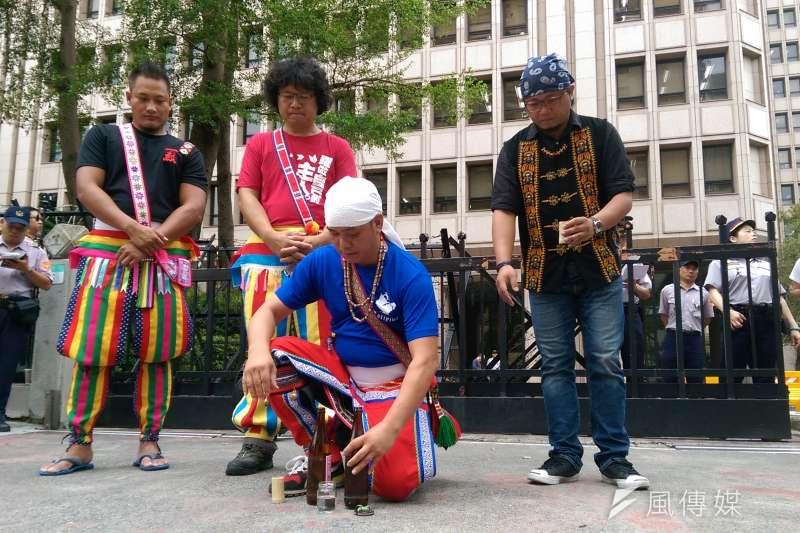 阿美族人馬耀武道、楊有霖身穿族服,在內政部前舉行原住民儀式,告知祖靈:「我們今天來內政部告訴官員我們的要求。」(郭昱宏攝)