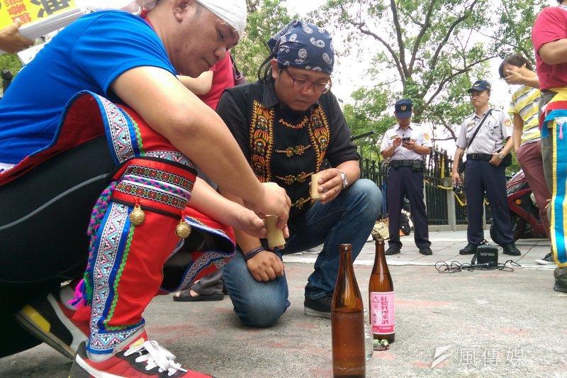 原住民族在內政部前進行傳統儀式,告知祖靈今日前往內政部要求祭典延長(郭昱宏攝)