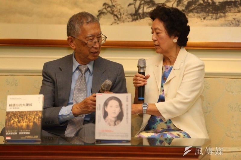 張純如之母張盈盈(右)直言,不敢相信一個前總統會這樣講,說釣魚台是日本的,「不是違憲或是叛國嗎?」。(蔡耀徵攝)