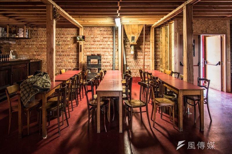 隨著成為強勢的經濟成長和消費能力,中國成為紅酒的新興市場。大舉揮軍中國的法國波爾多酒莊正積極地全面進攻這個饑渴的市場,同時在大量引進和收藏各式酒類後,中國人開始介入全球紅酒產業的生產和銷售,意圖成為世界紅酒市場新霸主。圖為布魯塞爾Brasserie de la Senne啤酒廠內的酒吧。(洪滋敏攝)
