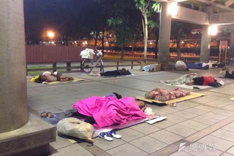 艋舺公園晚間11點半的遊民情形。(王彥喬攝)