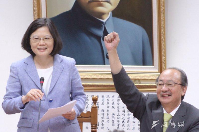 民進黨主席蔡英文(左)今在中常會特別下令,在新竹市要加強轉選立院黨鞭柯建銘。(資料照,曾原信攝)
