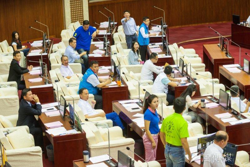 台北市長柯文哲捶桌事件,讓台北市議會強烈不滿,並決議要柯道歉。(資料照片,顏麟宇攝)