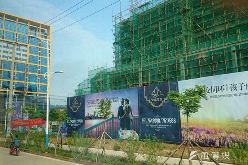不斷的蓋房子 高大上的售屋廣告 會不會有泡沫呢?(溫芳瑜攝)