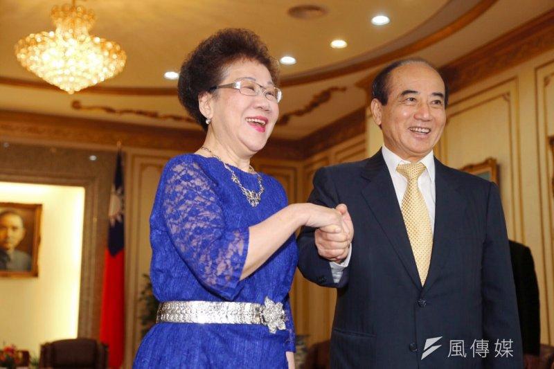 前副總統呂秀蓮前往立法院邀請立法院長王金平,參加她所發起的「台灣和平中立大同盟」所舉辦活動。(蔡耀徵攝)