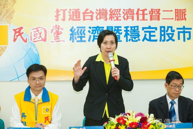 民國黨16日上午召開政策記者會,拋出拯救股市及經濟的解方,徐欣瑩強調,要讓台灣「青天白日、滿地黃金」,人民和國家都更加富有。(顏麟宇攝)