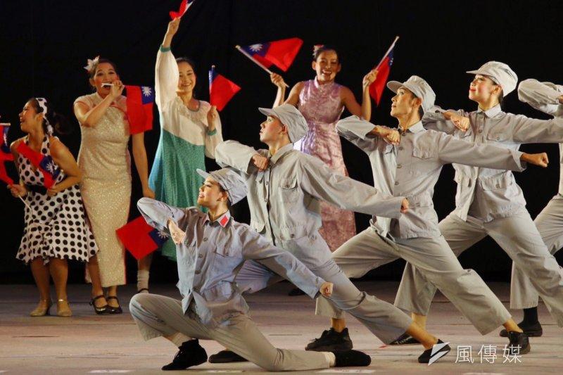 民進黨黨慶晚會請來的紙風車劇團的表演高唱「中國一定強」等軍方愛國歌曲。(蔡耀徵攝)