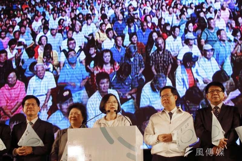 民進黨總統參選人蔡英文(中)19日在黨慶晚會表示,民進黨的政策,必然帶領台灣往更自由、民主、公義前進。(蔡耀徵攝)
