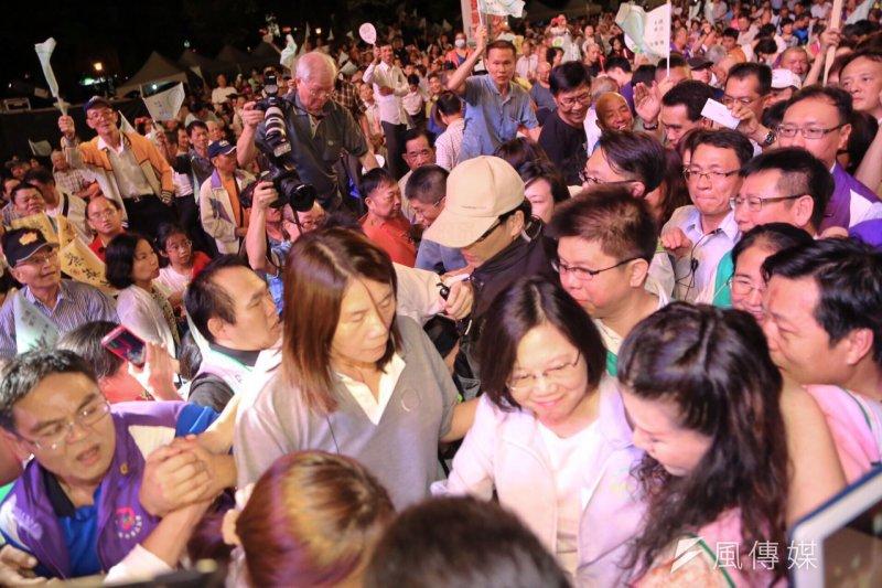 民進黨總統參選人蔡英文聲勢看漲,募款餐會陣仗也驚人。(圖為民進黨慶,蔡耀徵攝)