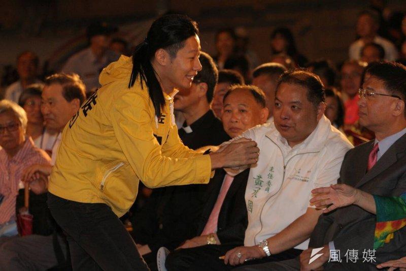 前副總統呂秀蓮的台灣和平中立大同盟20日晚間在凱道舉辦「世界和平,台灣萬歲」嘉年華晚會,時代力量林昶佐到場拜票(葉信菉攝)