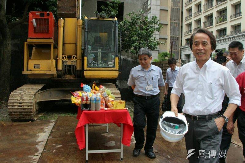 台北市副市長林欽榮24日視察木柵公共住宅基地。(葉信菉攝)