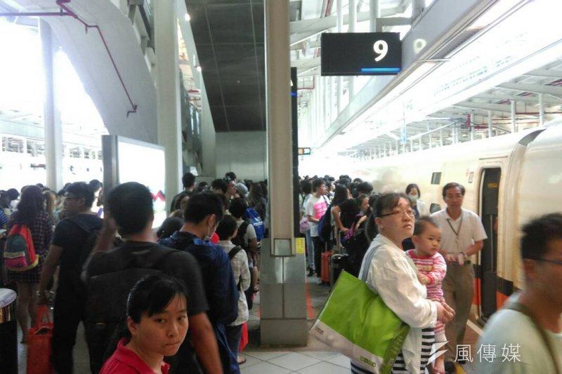 返鄉人潮風強碰杜鵑颱風,擠爆左營高鐵站(葉瑜娟攝)