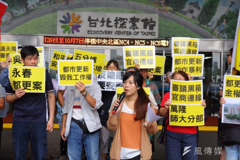 台灣都市更新受害者聯盟等團體演出行動劇,諷刺市府發放執照,任由建商強拆。(曾原信攝)