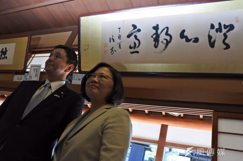 日本首相安倍晉三胞弟岸信夫(左)今日來台,下午步入民進黨中央黨部,與準總統蔡英文閉門會談。(資料照,顏振凱攝)