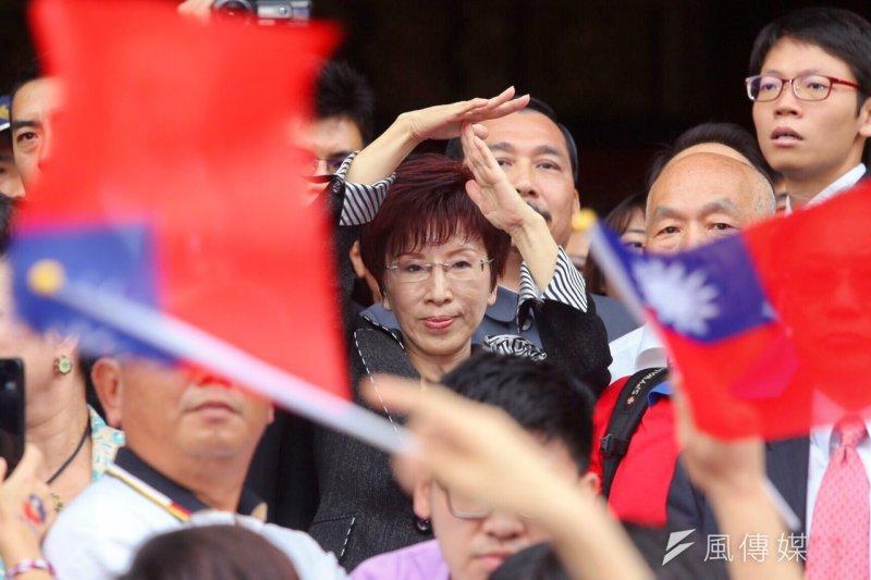 國民黨總統參選人洪秀柱前往圓山忠烈祠,民眾揮舞國旗表達支持。(蔡耀徵攝)